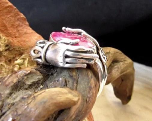 anello mani rubino